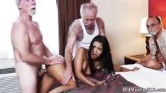 alte männer machen porno party mit lateinischen mädchen im bett